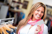 Donna shopping con una carta di credito — Foto Stock