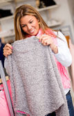 Donna shopping per abiti — Foto Stock
