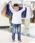 Garoto segurando sacolas de compras — Fotografia Stock
