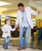 父亲和儿子购物 — 图库照片