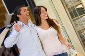 Paar im einkaufszentrum — Stockfoto