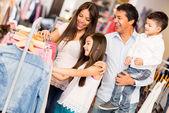 Familia de compras para la ropa — Foto de Stock