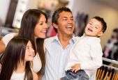 Gelukkig familie winkelen — Stockfoto