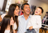 Glad familj shopping — Stockfoto