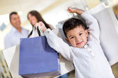 Glad liten pojke shopping — Stockfoto