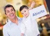 Père et fils, tenant une pancarte ouvert — Photo