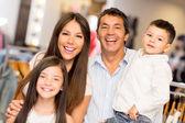 šťastná rodina v obchod s oblečením — Stock fotografie