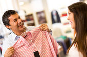 Couple buying clothes — Foto de Stock