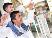 Ojciec i syn w centrum handlowym — Zdjęcie stockowe