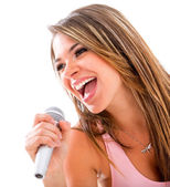 Woman singing with a microphone — 图库照片