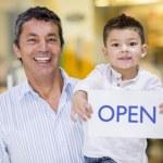 padre e figlio, con un cartello aperto — Foto Stock