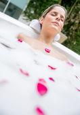 Mujer tomando un baño — Foto de Stock