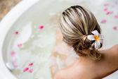 La parte trasera de la mujer en una bañera — Foto de Stock
