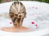 Femme prenant un bain moussant — Photo
