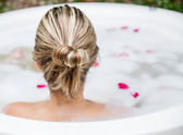 Vrouw die een bubbelbad — Stockfoto