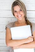 Donna che porta il suo computer portatile — Foto Stock