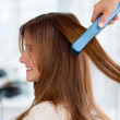 Foto Stock: Straightening hair