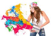 Vrouw spatten kleurrijke verf — Stockfoto