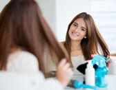 Femme ayant besoin d'une coupe de cheveux — Photo
