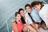 Groep vrienden in een boot — Stockfoto