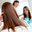 Foto Stock: Womcutting her hair
