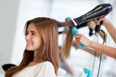 Kobieta w salon fryzjerski — Zdjęcie stockowe