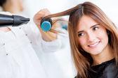 Kadın onu kurutma blow saç — Stok fotoğraf