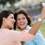 dziewczyny fotografowanie z telefonem — Zdjęcie stockowe