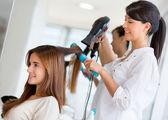 Secagem cabelo estilista — Foto Stock