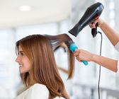 Vrouw bij de kapper — Stockfoto