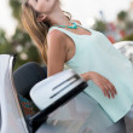 Gelukkige vrouw met haar auto — Stockfoto