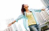 Kvinna njuter av hennes frihet — Stockfoto