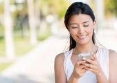 Mulher que envia uma mensagem de texto — Foto Stock
