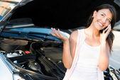 Kırık araba kadınla — Stok fotoğraf