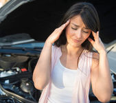 Woman having car problems — Stockfoto