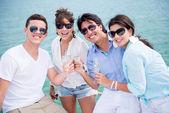Grupp vänner njuter av sommaren — Stockfoto