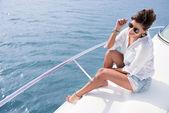 Mujer navegando en un velero — Foto de Stock