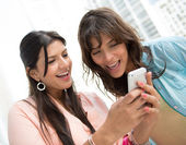 Women using app on a cell phone — Stockfoto
