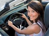 Kadın araba kullanmak — Stok fotoğraf
