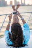 женщина принимая фотография на яхте — Стоковое фото