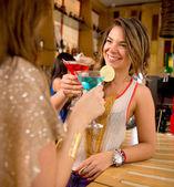 Kız arkadaşlar içecekler — Stok fotoğraf