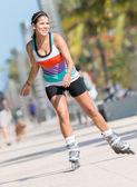 Vrouw schaatsen buitenshuis — Stockfoto