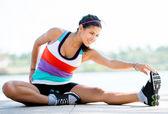 Passar kvinnan stretching — Stockfoto