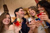 Arkadaşlar içecekler — Stok fotoğraf