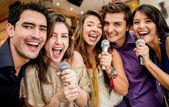 Grupp vänner sjunger — Stockfoto