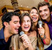 Friends karaoke singing — Stockfoto