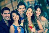 Gruppo di amici andando — Foto Stock