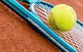 Tennis racket with a ball — 图库照片