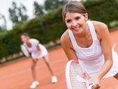 Giocatori di tennis giocando raddoppia — Foto Stock