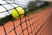 Bola de tênis quicando na net — Foto Stock